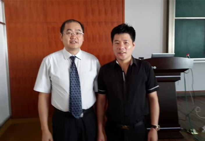 与意尔康董事长单志敏合影