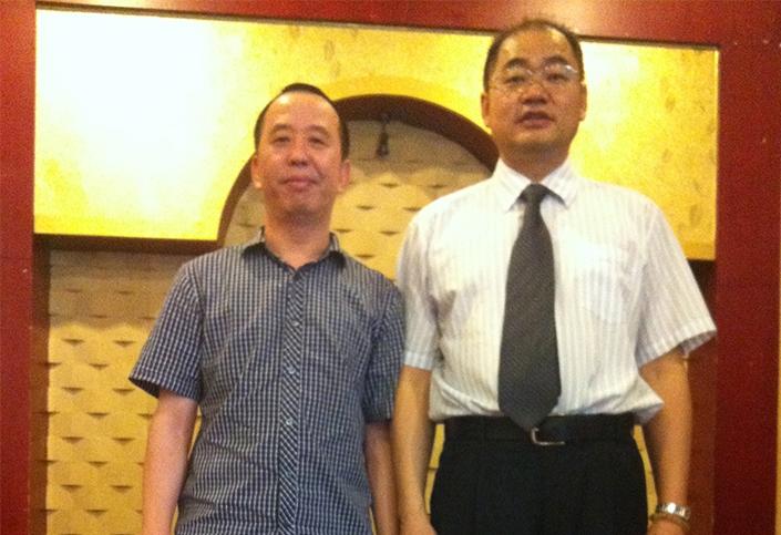 与浙江红蜻蜓鞋业江西销售公司总经理陈奕毅合影