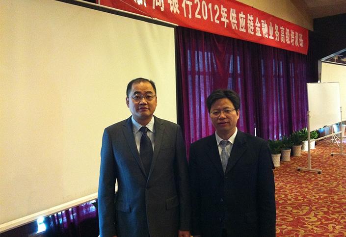 与浙商银行公司银行部副总经理沈金方合影